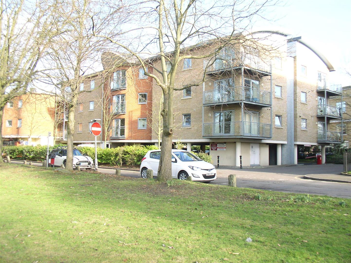 2 Bedrooms Flat for sale in Hersham Road, Walton-On-Thames